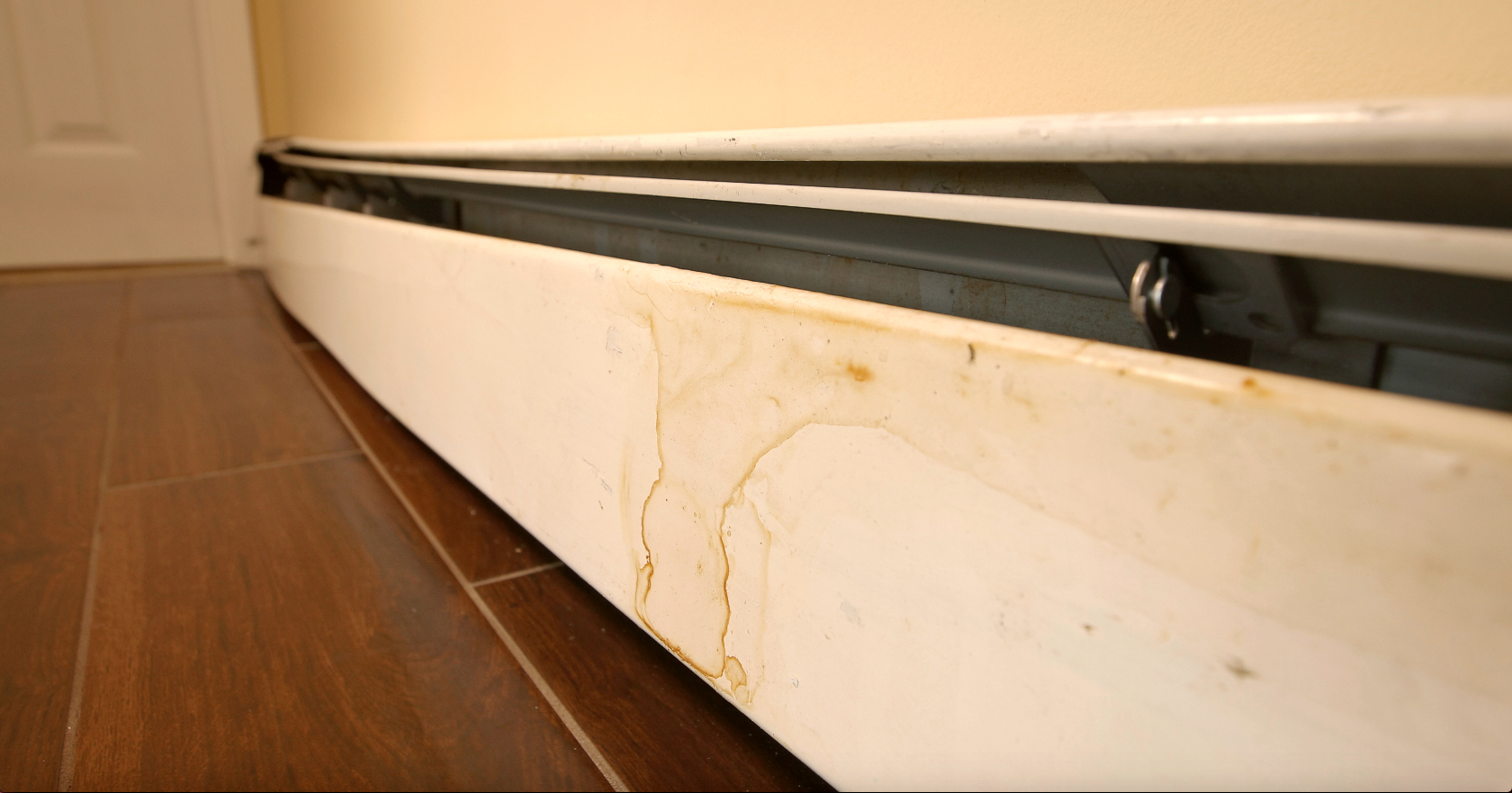 coverluxe-baseboards-white-before-8